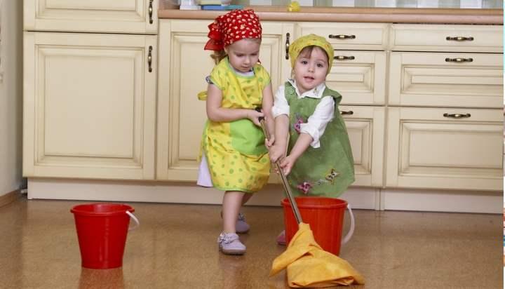 Малыши делают уборку