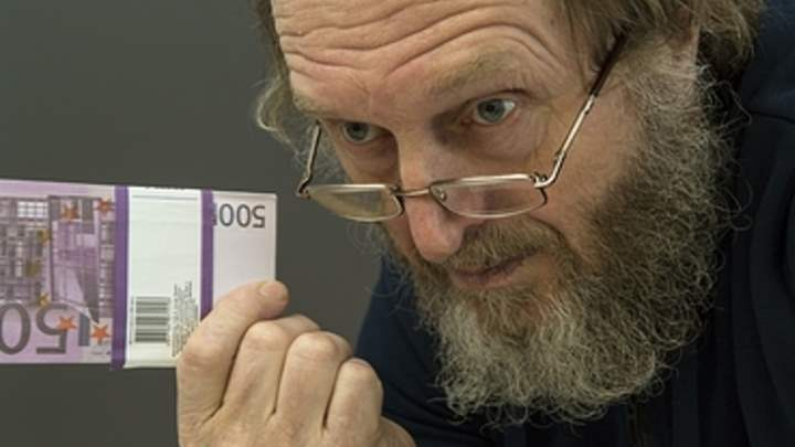 Бородатый мужчина и пачка евро