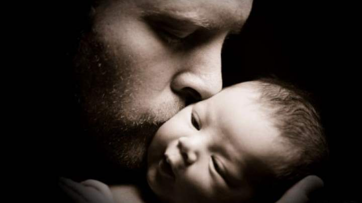 Новорожденный ребенок с отцом