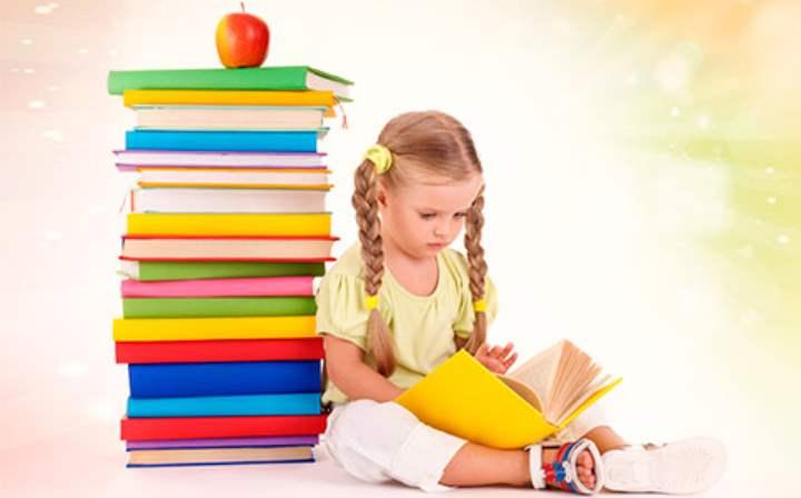 Девочка учит уроки