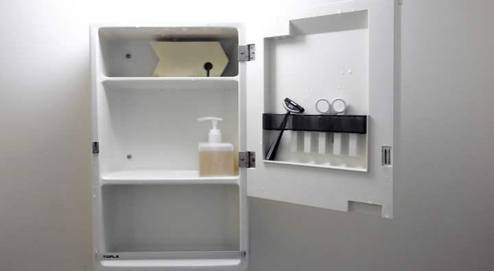 Хранение в ванной стиля минимализм