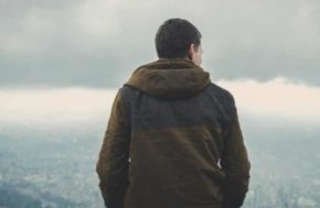 Быть одиноким сегодня в обществе считается чем-то плохим