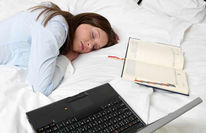 нужно ложиться немного поспать днём
