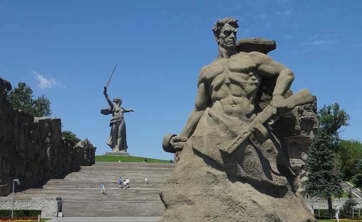 Мамаев Курган располагается на правом берегу Волги,