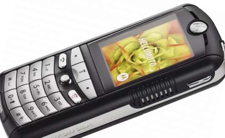 У этого телефона, Motorola, было два мощных динамика, из-за чего он был очень популярным среди подростков