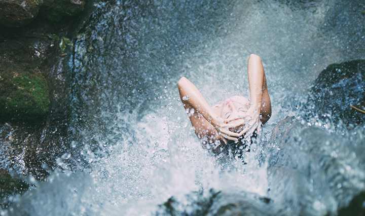 Холодная вода хорошо бодрит и стимулирует тело
