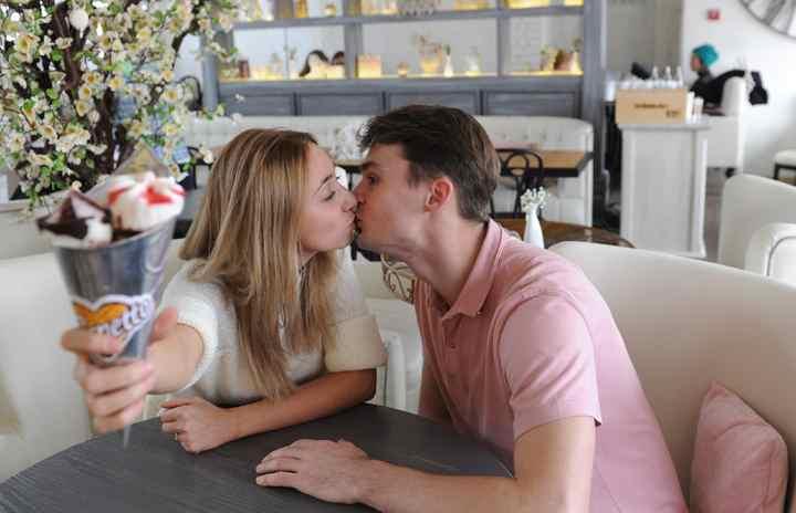 Когда два человека сближают своим губы, то не следует делать резких движений