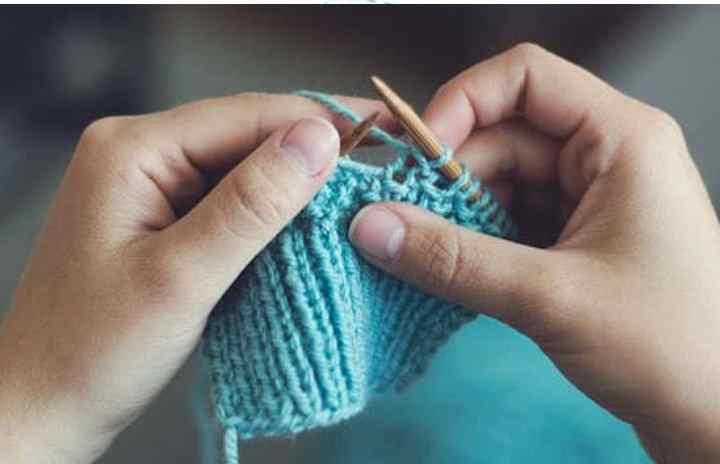 Например, вязанием, плетением корзин, рисованием и так далее