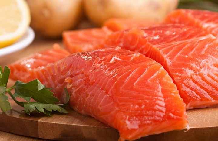 Жирные сорта рыбы, к которым относится сёмга, лосось