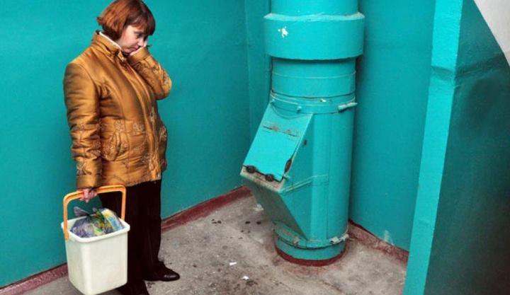 выбрасываемый жильцами мусор попадает в индивидуальный мусороприемник