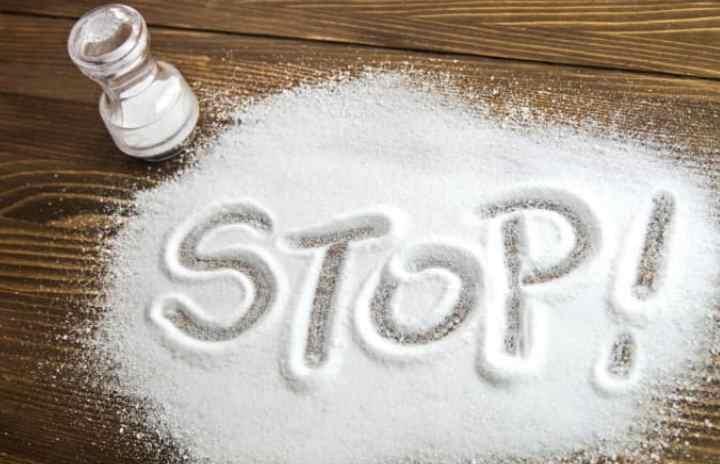 еда вам кажется не соленой и вы ее постоянно досаливаете