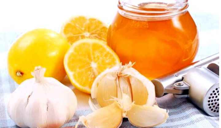 Для приготовления смеси потребуется килограмм лимонов пропустить через мясорубку