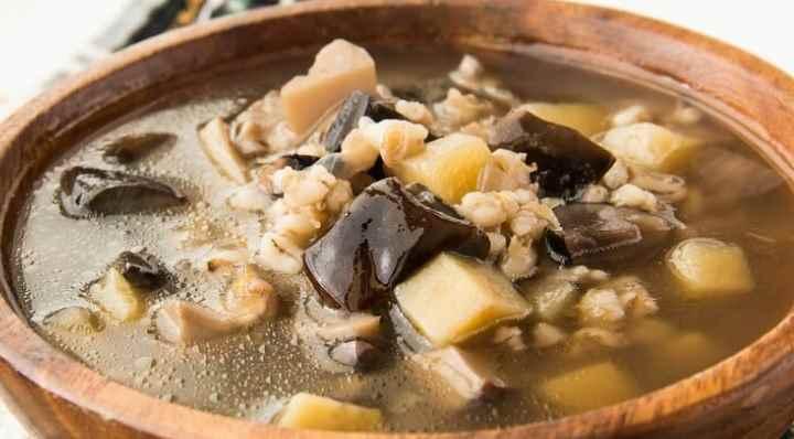Если для приготовления используются сушеные грибы, то их нужно предварительно промыть и залить водой для набухания.