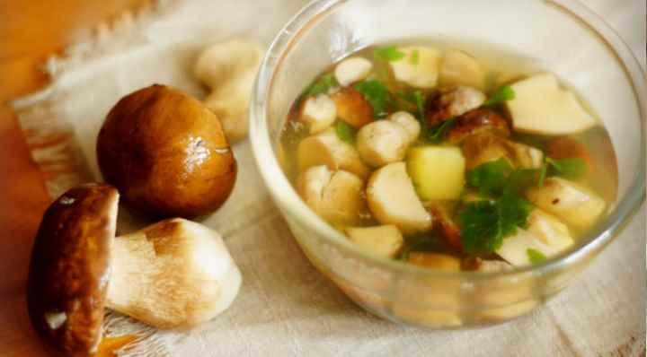 Если грибы замочить в подсоленном молоке, то это придаст им вкус свежих грибов.