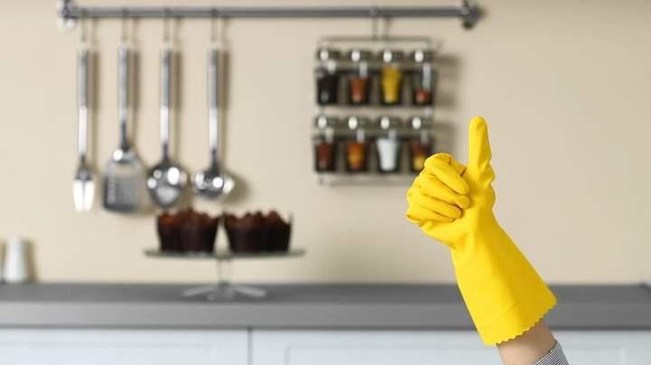 Наведите порядок на кухне, главное помойте посуду и освободите горизонтальные поверхности. Это создаст иллюзию чистоты.