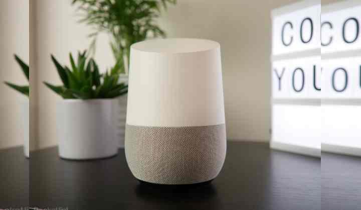 Имеет русифицированный голосовой помощник Google Аssistant. Необходимо только самостоятельно русифицировать голосовой помощник с помощью инструкции доступной в сети.