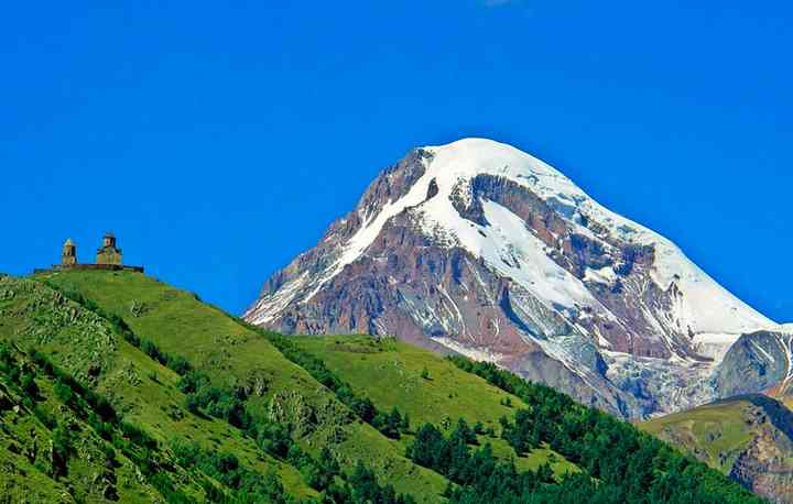 Гора Казбек находится на границе Грузии с Россией