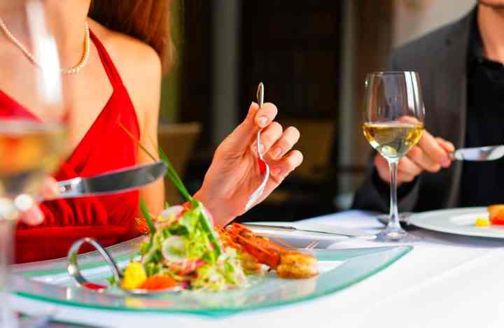 Часто до заказа основных блюд на столе появляются бесплатные закуски не просто от щедрости заведения