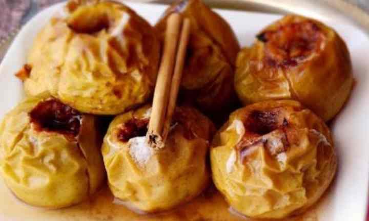 В процессе приготовления печеных яблок в них сохраняется максимальное количество полезных веществ