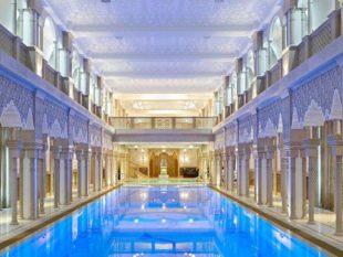 Экстерьер и интерьер дома оформлен с отсылками к нескольким классическим европейским стилям