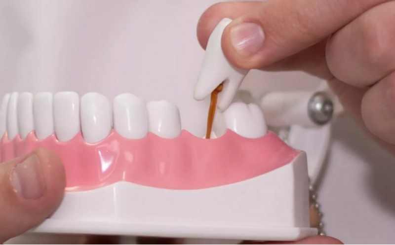 человек оплачивает стоматологические услуги за своих близких родственников