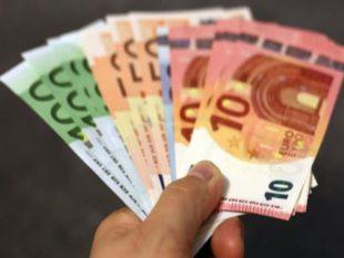 - Деньги не стоит класть на поверхность стола, правильнее положить их на пол.